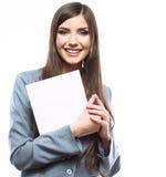 Młoda uśmiechnięta biznesowej kobiety chwyta deska, biały tło port Obraz Stock