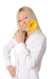 Młoda uśmiechnięta blondynka w białej koszula Zdjęcie Royalty Free