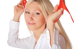 Młoda uśmiechnięta blondynka w białej koszula Zdjęcia Stock