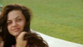 Młoda uśmiechnięta brunetki kobieta relaksował w hamaku na tropikalnej plaży z bliska zbiory wideo