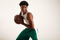 Młoda uśmiechnięta czarna atleta bawić się koszykówkę obraz royalty free
