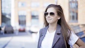 Młoda uśmiechnięta dziewczyna jest ubranym szkła outdoors obraz royalty free