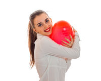 Młoda uśmiechnięta dziewczyna trzyma wielkiego balon w formie serca fotografia stock