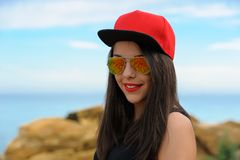 Młoda uśmiechnięta dziewczyna w czerwonej nakrętce Zdjęcia Stock