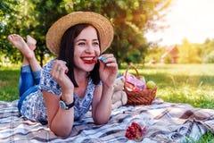 Młoda uśmiechnięta dziewczyna w parku zdjęcia royalty free
