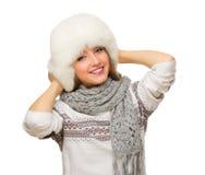 Młoda uśmiechnięta dziewczyna z futerkowym kapeluszem Zdjęcie Stock