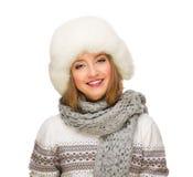 Młoda uśmiechnięta dziewczyna z futerkowym kapeluszem Obraz Royalty Free