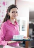 Młoda uśmiechnięta kelnerki porci kawa przy barem Obrazy Royalty Free