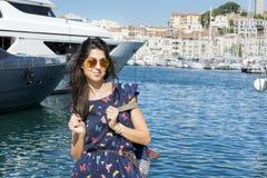 Młoda uśmiechnięta kobieta cieszy się dennego widok w Cannes France zdjęcia stock