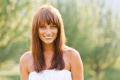 Młoda uśmiechnięta kobieta lato portret Obrazy Stock