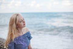 Młoda uśmiechnięta kobieta na morzu fotografia stock