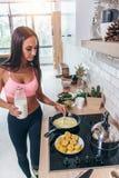 Młoda uśmiechnięta kobieta przygotowywa zdrową śniadaniową dietę, sprawność fizyczną i żywotność, Fotografia Stock