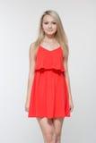 Młoda uśmiechnięta kobieta w czerwieni sukni Odizolowywający nad białym tłem obrazy stock