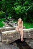 Młoda uśmiechnięta kobieta w parku obraz stock