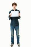 Młoda uśmiechnięta mężczyzna mienia pustego miejsca biel karta Zdjęcia Stock