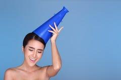 Młoda uśmiechnięta moda uzupełniał żeńskiego mienie klingerytu megafon Fotografia Royalty Free