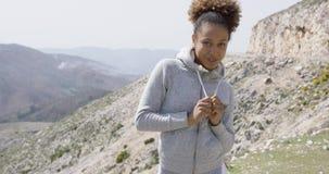 Młoda uśmiechnięta sportive kobieta pozuje na naturze zdjęcie wideo