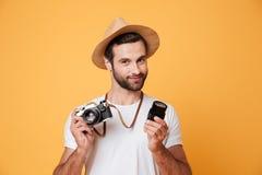 Młoda ufna mężczyzna mienia kamera i obiektyw w rękach Zdjęcie Royalty Free
