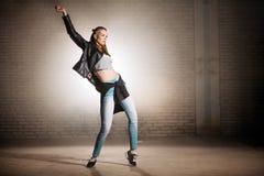 Młoda uliczna kobieta robi ruchy z biodrami modna akcja zdjęcie royalty free