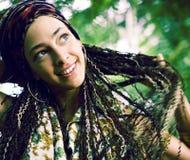 Młoda urocza ładna dziewczyna z pigtails fryzury ono uśmiecha się outside fotografia royalty free