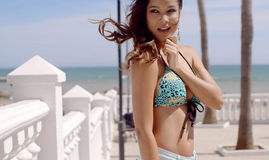 Młoda Urocza brunetka w bikini Pozować Fotografia Royalty Free