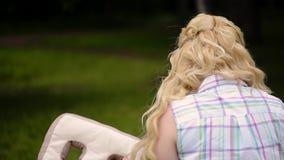 Młoda urocza dziewczyna zabawę w parku w lecie Kobieta pozuje z poduszka listu b i A zbiory