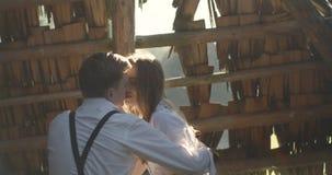 Młoda urocza para w Karpackie góry Romantyczny lovestory przy słonecznym dniem lub datowanie atmosferyczny 4K zbiory wideo