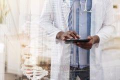 Młoda utalentowana lekarka używa pastylkę Obraz Royalty Free