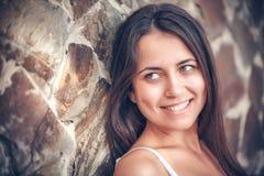 Młoda wielokulturowa kobieta w plenerowym Obrazy Stock
