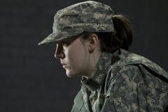 Młoda wojsko kobieta rozdaje z PTSD obraz royalty free