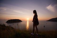 Młoda wolności kobieta cieszy się oceanu zmierzch na halnym szczycie Fotografia Stock