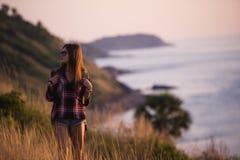 Młoda wolności kobieta cieszy się oceanu zmierzch na halnym szczycie Zdjęcia Stock