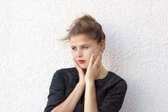 Młoda złowroga kobieta z czerwonymi wargami Obraz Stock
