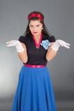 Młoda z podnieceniem brunetki kobieta w retro odziewa Fotografia Royalty Free