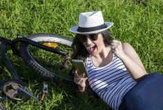 Młoda z podnieceniem kobieta z gadżetem na wakacje Zdjęcie Stock