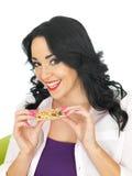 Młoda Zdrowa Atrakcyjna kobieta Trzyma Śniadaniowego zboża baru Zdjęcia Stock