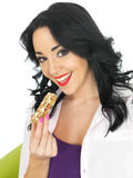 Młoda Zdrowa kobieta Trzyma Śniadaniowego zboża baru Zdjęcia Royalty Free