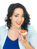 Młoda Zdrowa kobieta Trzyma Wholegrain krakersa z chałupa serem i Świeżym Dojrzałym pomidorem Zdjęcie Royalty Free