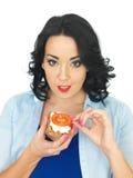 Młoda Zdrowa kobieta Trzyma Wholegrain krakersa z chałupa serem i Świeżym Dojrzałym pomidorem Zdjęcie Stock