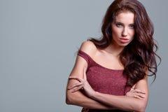 Młoda zmysłowa dziewczyna w mod ubrań pozie w studiu Fotografia Royalty Free