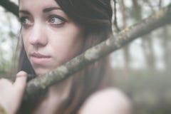 Młoda zmysłowa kobieta w drewnianej harmonii z naturą Zdjęcia Royalty Free