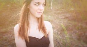 Młoda zmysłowa kobieta w drewnianej harmonii z naturą Obraz Royalty Free