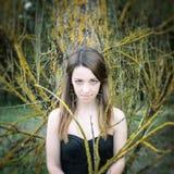 Młoda zmysłowa kobieta w drewnianej harmonii z naturą Obrazy Royalty Free