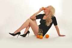 młode ładne blondynek pomarańcze Obrazy Stock