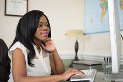Młode afroamerykańskie kobiety pracuje w biurze Fotografia Royalty Free