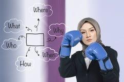 Młode agresywne kobiety jest ubranym bokserską rękawiczkę nad plama ruchu tłem Fotografia Royalty Free