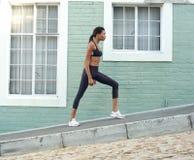 Młode amerykan afrykańskiego pochodzenia sportów kobiety rozciągania nogi Zdjęcia Stock