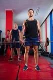 Młode atlety podnosi barbells na ćwiczenie matach fotografia royalty free