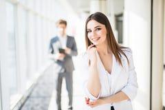 Młode atrakcyjne biznesowej kobiety ręki na podbródku przed biznesowym mężczyzna kobieciarz kawowa biznesowej megafonu zespołu Zdjęcie Stock