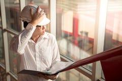 Młode Azjatyckie inżyniera mienia kartoteki przy budową Zdjęcia Stock